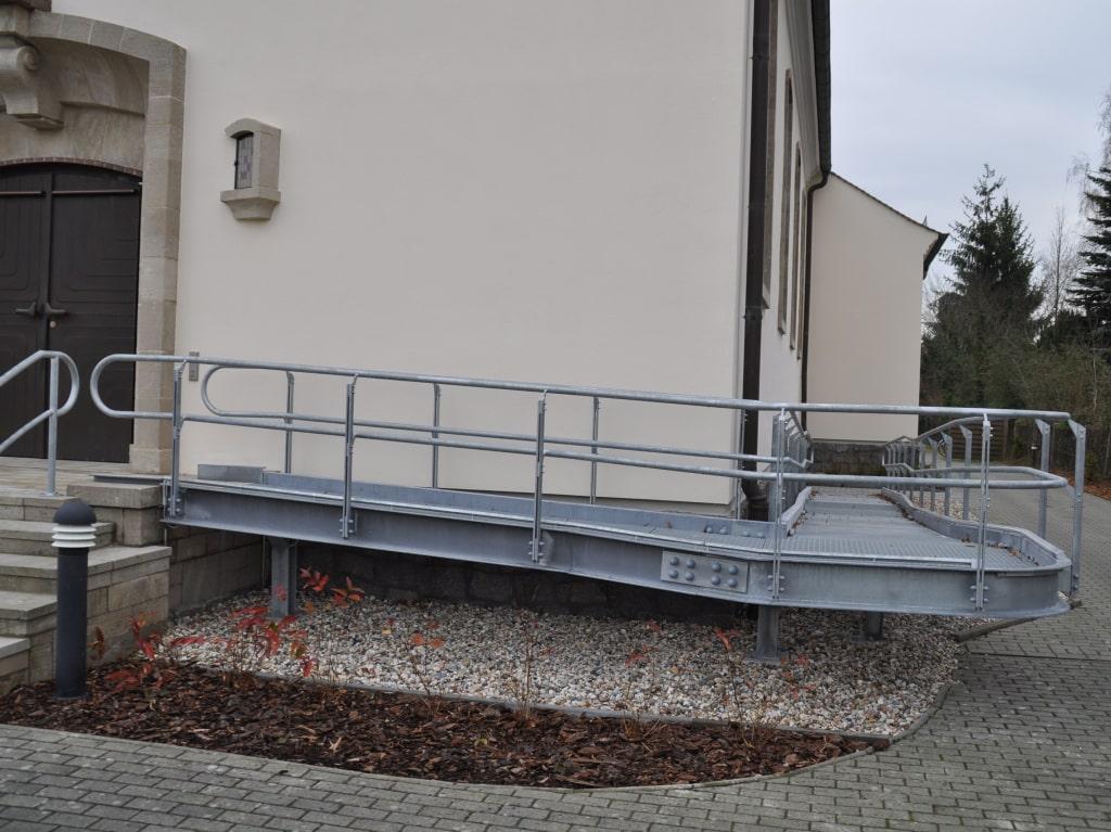Behindertenrampe an einer Kirche