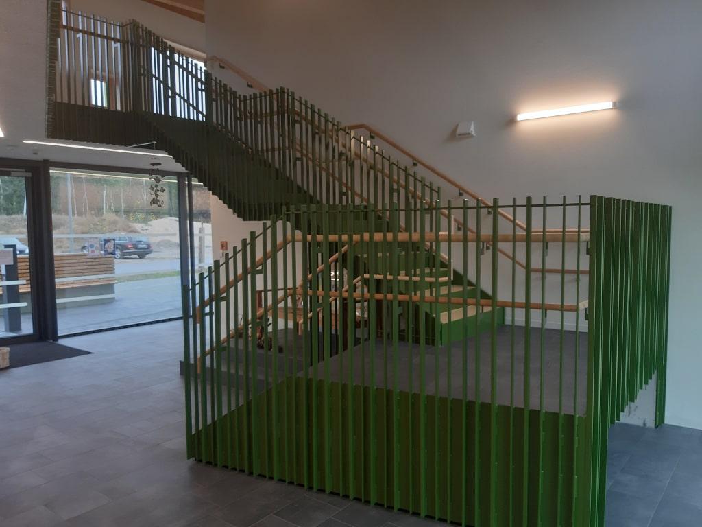Stahltreppe mit Geländer in einer KITA